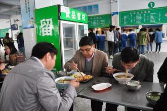 守护学生舌尖上的安全 ——郑州二十九中切实落实陪餐制度